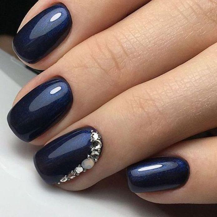 Nail art scura con swarosky